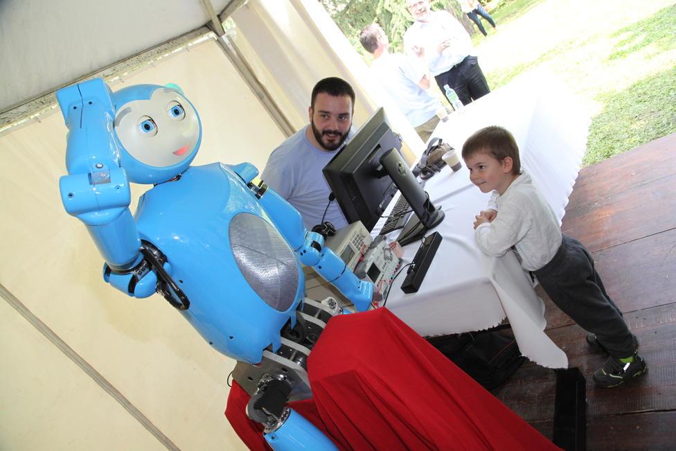 Deca ga obožavaju - robot Marko iz Novog Sada