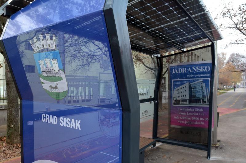 01.12.2016., Sisak - Na autobusnim stajalistima u Lovricevoj i Frankopanskoj ulici postavljene su tzv.pametne nadstresnice kojima je krov napravljen od solarnih panela kojima se dobiva elektricna energija za rasvjetu nadstresnice i punjenje mobitela ili laptopa.  Photo: Nikola Cutuk/PIXSELL